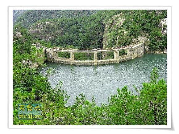 龙穿峡风景区经八瀑一湖自然景观为构架,道教文化为精髓,霞客文化为